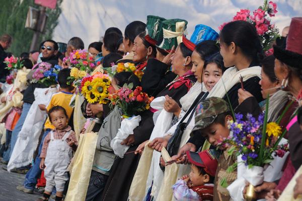 Ladakhis en habits traditionnels pour la venue du Dalaïlama à Leh - Voyage à moto Transhimalayenne et Ladakh, Inde, Himalaya