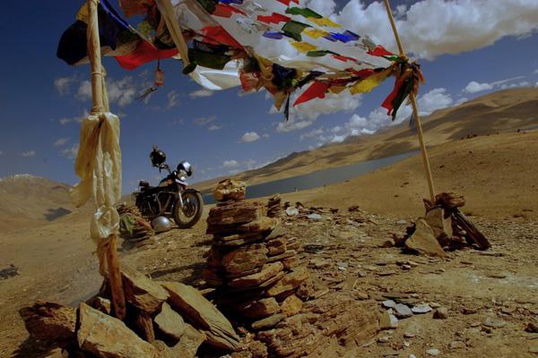 Royal Enfield et drapeau à prière au lac Tsomoriri - Voyage à moto Transhimalayenne et Ladakh, Inde, Himalaya
