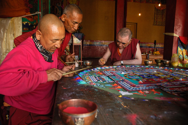 Moines bouddhistes réalisant un mandala au monastère de Diskit - Voyage moto au coeur du Ladakh, Inde, Himalaya