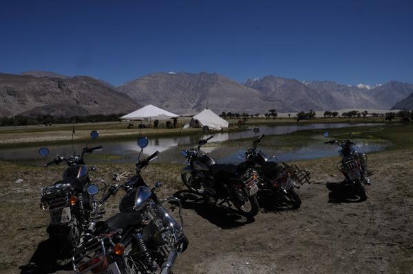 Royal Enfield dans la vallée de la Nubra - Voyage moto au coeur du Ladakh, Inde, Himalaya