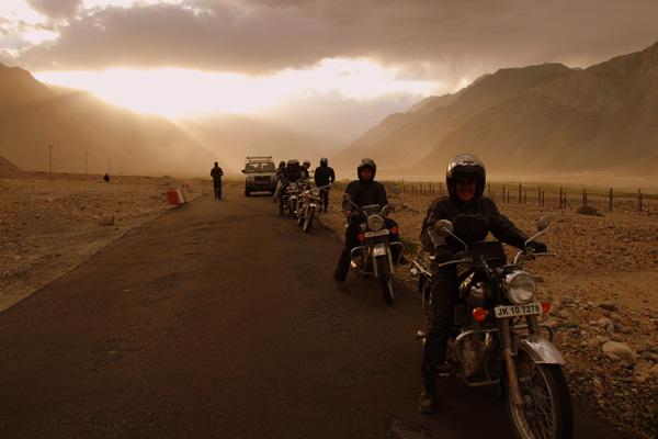 Montée du col de Rothang la sous la neige - Voyage à moto Transhimalayenne et Ladakh, Inde, Himalaya