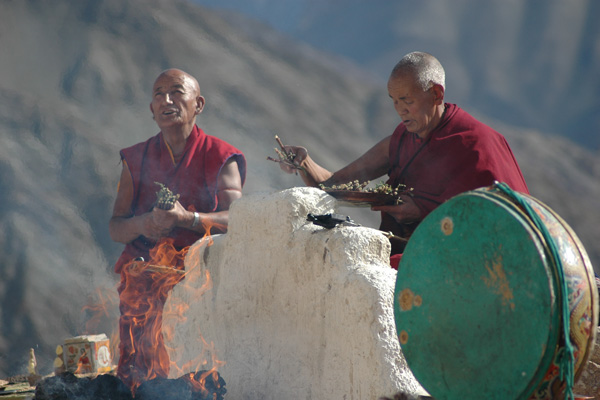 Prière des moines bouddhistes au monastère de Temisgam - Voyage à moto Transhimalayenne et Ladakh, Inde, Himalaya